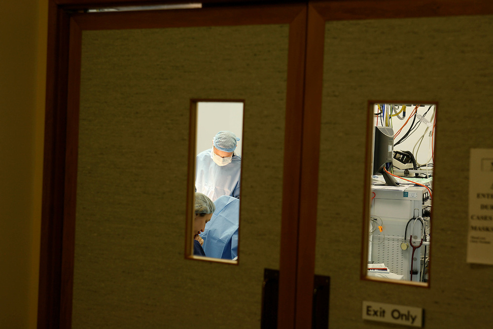 A surgical team can be seen through the operating theatre doors, Wellington, New Zealand, June 01, 2007. Credit:SNPA / Rob Tucker