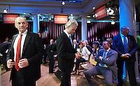 Nederland. Amsterdam, 23 mei 2010.<br /> WILDERS EN COHEN TIJDENS DE EERSTE COMMERCIAL BREAK. Mark Rutte, Geert Wilders, Job Cohen en Jan Peter Balkenende ontmoeten elkaar tijdens het verkiezingsdebat op RTL4. Het debat vindt plaats in De Rode Hoed in Amsterdam. politiek; debat; campagne; lijsttrekkers; politici, premierskandidaten, premiersdebat<br /> Foto Martijn Beekman