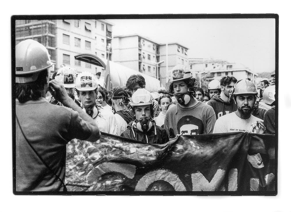 Proteste contro il summit del G8, Genova luglio 2001. Venerdì 20 luglio, corteo dei Disobbedienti. Manifestanti dietro a uno striscione. Corso Europa.