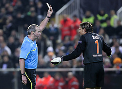11.03.2010, Estadio Mestalla, Valencia, ESP, UEFA Europa League, FC Valencia vs Werder Bremen, im Bild Martin Atkinson (  Referee / Schiedsrichter) zeigte Keeper Tim Wiese ( Werder  #01) die gelbe Karte, EXPA Pictures © 2010, PhotoCredit: EXPA/ Alterphotos/  Miguel Angel Acero / SPORTIDA PHOTO AGENCY