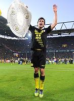 Fussball 1. Bundesliga :  Saison   2010/2011   32. Spieltag  21.04.2012 Borussia Dortmund - Borussia Moenchengladbach Jubel nach dem SIEG zur Deutschen Meisterschaft Jubel mit Meisterschale Mats Hummels (Borussia Dortmund)