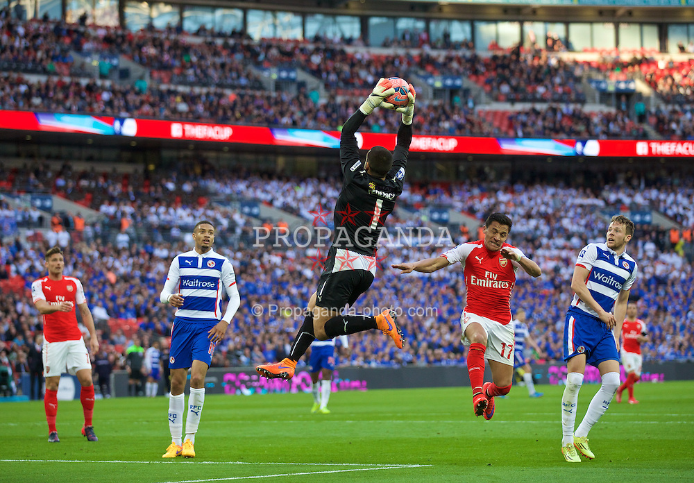LONDON, ENGLAND - Saturday, April 18, 2015: Arsenal's Alexis Sanchez and Reading's goalkeeper Adam Federici during the FA Cup Semi-Final match at Wembley Stadium. (Pic by David Rawcliffe/Propaganda)