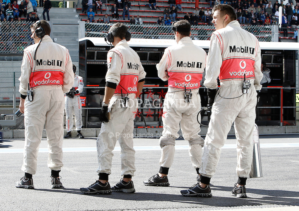 Motorsports / Formula 1: World Championship 2010, GP of Belgium, mechanic of Vodafone McLaren Mercedes