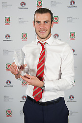 CARDIFF, WALES - Monday, October 5, 2015: Wales' Gareth Bale with the Mens's Fans Favourite award during the FAW Awards Dinner at Cardiff City Hall. (Pic by Ian Cook/Propaganda)