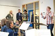 Koningin M&aacute;xima opent Brede School Joure Zuid. De School is een samenwerking tussen twee basisscholen, een kinderopvangorganisatie, een welzijnsorganisatie en een centrum voor de kunsten.<br /> <br /> Queen M&aacute;xima opens Brede School Joure South. The School is a collaboration between two primary schools, a childcare organization, a welfare and a center for the arts.<br /> <br /> Op de foto / On the photo:  Koningin M&aacute;xima krijgt een rondleiding door de school / Queen M&aacute;xima gets a tour of the school