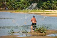 Espirito Santo - Brasil - 15/11/2015 - Moradores e pescadores de Colatina resgatando peixes no rio Doce, antes da chegada da lama proveniente das barragens da empresa Samarco que romperam em Minas Gerais. - Foto: Mosaico Imagem