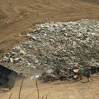 Jilotzingo, Mex.- Pese a que la juez tercero de Naucalpan, Yolanda Sentíes, emitió una orden judicial para suspender la operación del relleno sanitario de San Lusi Ayucan, la empresa Confinam en desacato y con el aval del alcalde,  Jaime Mayén, opera el tiradero con la introducción de desechos hospitalarios y materiales plásticos no biodegradables. Agencia MVT / José Israel Nuñez. (DIGITAL)<br /> <br /> <br /> <br /> NO ARCHIVAR - NO ARCHIVE