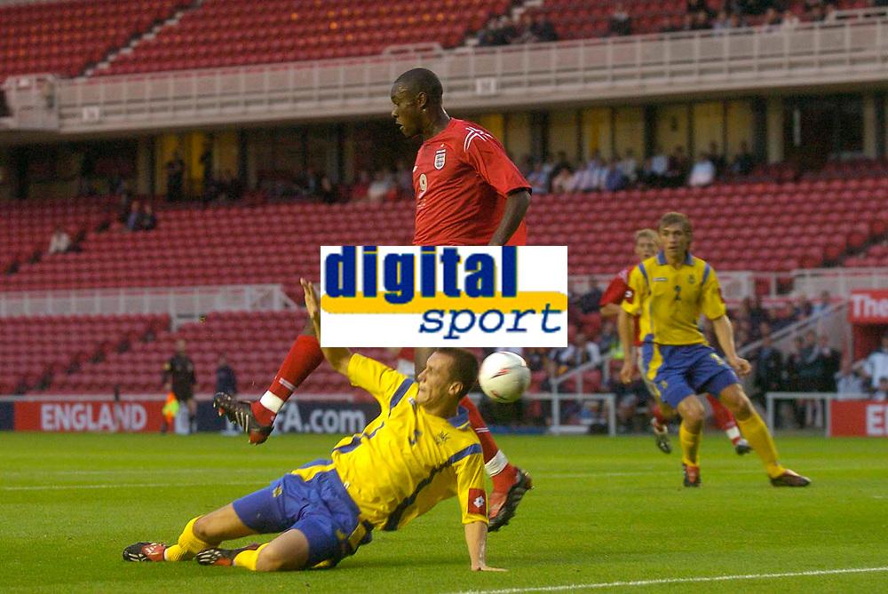 Fotball<br /> U21 England v Ukraina<br /> 17.08.2004<br /> Foto: SBI/Digitalsport<br /> NORWAY ONLY<br /> <br /> England's Carlton Cole (C) sets himself to score his side's first goal despite the best intentions of Oleksandr Yatsenko