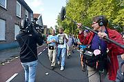 Nederland, Nijmegen, 15-7-2014 Start van de 98e 4 daagse. 43000 deelnemers. Op de Wedren worden de polsbandjes gescand waarna via het centrum en de  waalbrug gelopen wordt naar Bemmel en Elst in de Betuwe en wordt wel de dag van Elst genoemd. Op de foto de doorkomst in Bemmel. De vierdaagse is het grootste wandelevenement ter wereld. Harm Edens en tv gelderland.Foto: Flip Franssen/Hollandse Hoogte