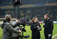 FODBOLD: TV-kommentator Carsten Werge i snak med Joachim Boldsen før kampen i Superligaen mellem Brøndby IF og Randers FC den 24. februar 2019 på Brøndby Stadion. Foto: Claus Birch.