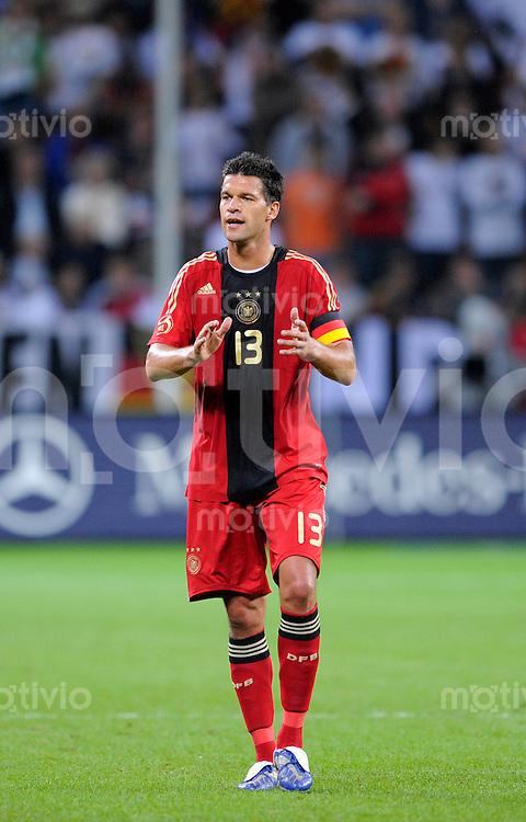 Fussball   International    Freundschaftsspiel   Deutschland - Suedafrika      05.09.09 Teamfoto: Michael BALLACK (GER) applaudiert seinen Mitspielern.