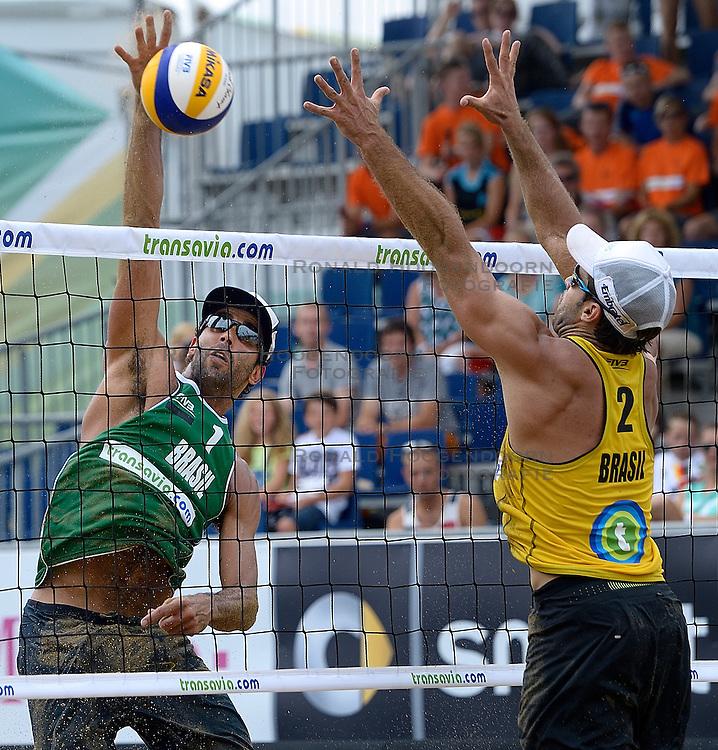 20-07-2014 NED: FIVB Grand Slam Beach Volleybal, Scheveningen<br /> Pedro Solberg Salgado (1) BRA, Bruno Oscar Schmidt (2) BRA