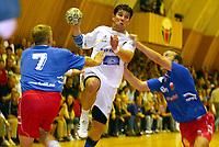 Håndball - Fet - Stord 24-21 11. september 2002. Bjørn Lindgård er den eneste på Stord som får godkjent karakter. Fetspillerne på bilde er Thomas Pedersen (7) og Thomas Skoglund (6).<br /> <br /> Foto: Andreas Fadum, Digitalsport