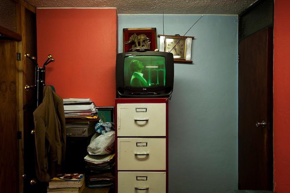En Quito-Ecuador los Abogados ocupan edificios construidos en los a&ntilde;os 70s, sus oficinas siguen representando esas &eacute;pocas. Los edificios Benalcazar 1000 y CCQuito son los m&aacute;s representativos. Su cercan&iacute;a a los juzgados los hizo perfectos para los Abogados que han desarrolado sus largas carreras en sus oficinas que poco han cambiado en el tiempo.<br /> <br /> En la foto, en una de las oficinas del edificio CCQuito una televisi&oacute;n prendida para la entretener a la gente que espera ser atendida.
