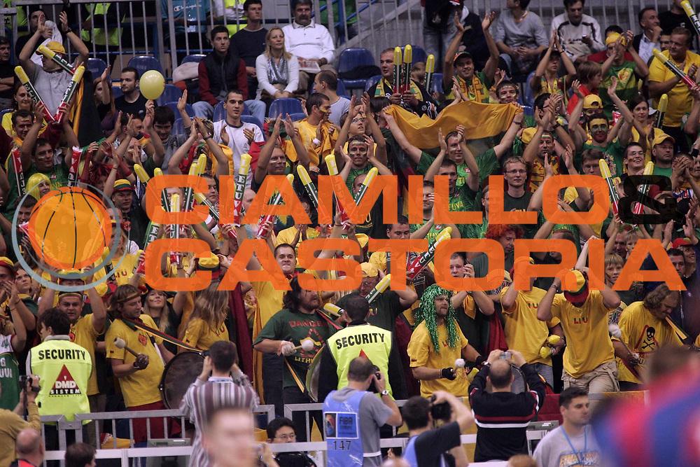 DESCRIZIONE : BELGRADO SERBIA CAMPIONATO MASCHILE EUROPEO 2005 <br />GIOCATORE : TIFOSI LITUANIA<br />SQUADRA : LITUANIA<br />EVENTO : CAMPIONATO MASCHILE EUROPEO 2005 <br />GARA : LITUANIA-FRANCIA<br />DATA : 22/09/2005 <br />CATEGORIA : Tifosi<br />SPORT : Pallacanestro <br />AUTORE : Agenzia Ciamillo-Castoria