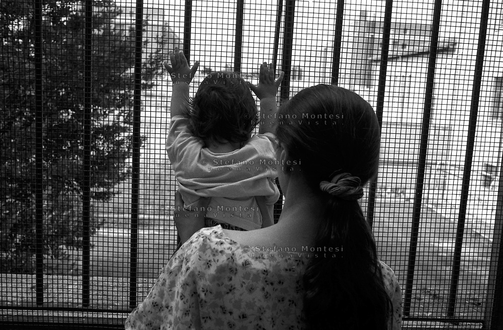 Roma 2000.Rebibbia, Carcere Femminile. Mamma con il bambino dentro la cella, nella Sezione Nido.Rome 2000.Rebibbia Prison Women. Mother with the child inside the cell, in Section Nest