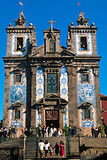 PORTUGAL, DOURO, NORTH, PORTO Sao Ildefonso, church with facade decorated in spectacular 17th century ceramic tiles, on Praca Batalha