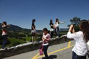 Sonntagnachmittag in der Schweiz. Sommerstimmung in Städtchen und Schloss Greyerz. Un dimanche-après-midi en Suisse, ville et chateau de Gruyères, Freiburg. © Romano P. Riedo ...