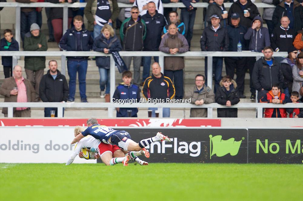 25.04.2015.  Sale, England.  Aviva Premiership Rugby. Sale Sharks versus Harlequins. An early try for Walker of Harlequins.