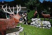 Jardin avec décorations et sculpture de motifs de chasse à La Roche. © Romano P. Riedo