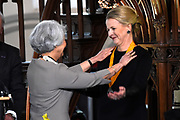 Prinses Mabel heeft in de Grote Kerk in Vlaardingen namens de mede door haar opgerichte organisatie Girls Not Brides de Geuzenpenning in ontvangst genomen.<br /> <br /> In the Grote Kerk in Vlaardingen, Princess Mabel received the Geuzen Medal on behalf of the organization Girls Not Brides, which she co-founded.<br /> <br /> op de foto / On the photo: <br />  De penning werd overhandigd aan Mabel van Oranje door Lilian Goncalves, oud-voorzitter van Amnesty International.