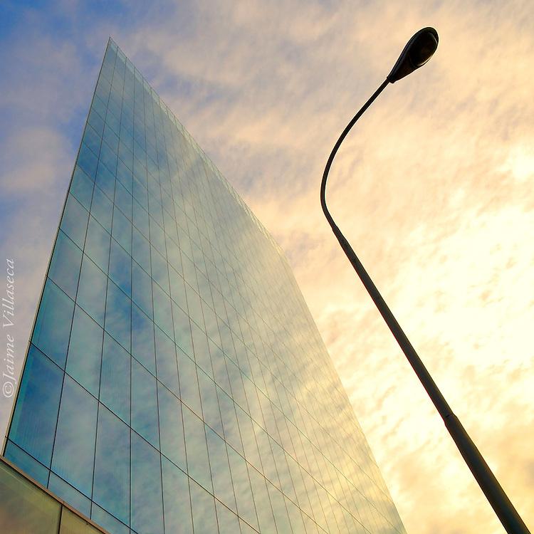 FOTÓGRAFO: Jaime Villaseca ///<br /> <br /> Edificio en Las Condes.