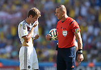 FUSSBALL WM 2014                VIERTELFINALE Frankreich - Deutschland           04.07.2014 Thomas Mueller (li, Deutschland) und Schiedsrichter Nestor Piatna (re)