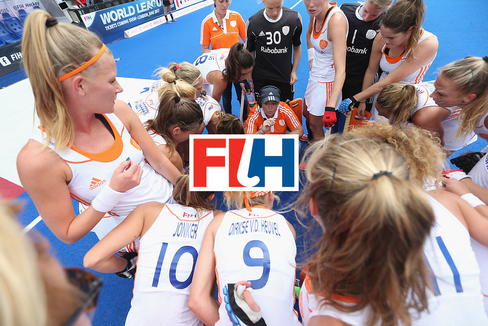 LONDON, ENGLAND - JUNE 19: Netherlands coach Alyson Annan talks to her players at first break during the FIH Women's Hockey Champions Trophy match between Netherlands and Great Britain at Queen Elizabeth Olympic Park on June 19, 2016 in London, England.  (Photo by Alex Morton/Getty Images)