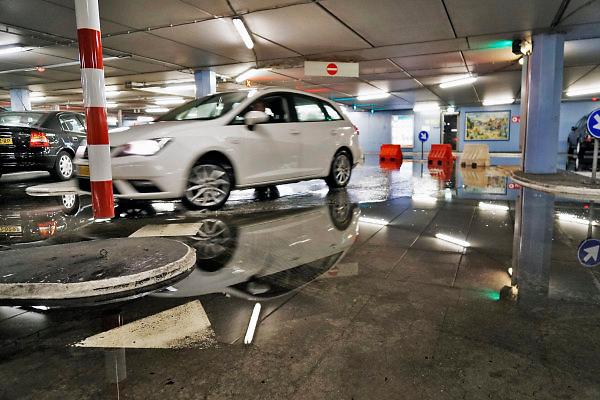 Nederland, Nijmegen, 29-5-2018 Een zware regenbui na een broeierige dag . Een parkeergarage in het stadscentrum loopt vol regenwater .Foto: Flip Franssen