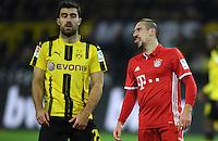 Fussball  1. Bundesliga  Saison 2016/2017  11. Spieltag  Borussia Dortmund - FC Bayern Muenchen       19.11.2016 Zunge raus: Franck Ribery (FC Bayern Muenchen). Sokratis (li, Borussia Dortmund)  scheint es nicht zu interessieren.