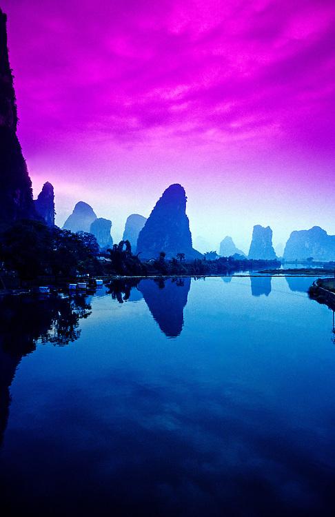 Li Jiang (Li River) near Moon Hill outside Yangshuo (Guangxi Province), southern China