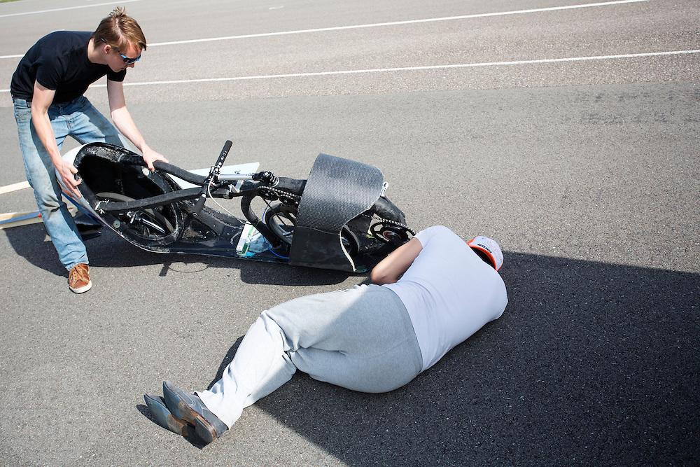 Teamleden kijken waar de valbescherming geplaatst moet worden. Op de RDW baan in Lelystad wordt getest met de VeloX 4, de fiets van vorig jaar, en voor het eerst ook met de nieuwste fiets, de VeloX V. In september wil het Human Power Team Delft en Amsterdam, dat bestaat uit studenten van de TU Delft en de VU Amsterdam, een poging doen het wereldrecord snelfietsen te verbreken, dat nu op 133,8 km/h staat tijdens de World Human Powered Speed Challenge.<br /> <br /> At the RDW track in Lelystad the team tests wit the VeloX 4 and for the first time with the VeloX V. With the special recumbent bike the Human Power Team Delft and Amsterdam, consisting of students of the TU Delft and the VU Amsterdam, also wants to set a new world record cycling in September at the World Human Powered Speed Challenge. The current speed record is 133,8 km/h.