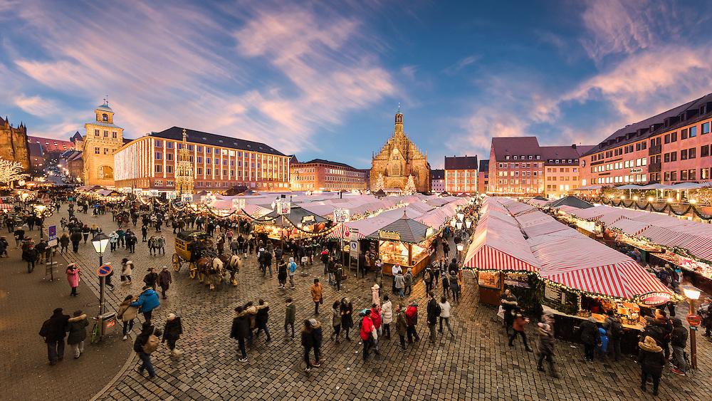 Auf dem Nürnberger Hauptmarkt in der Kulisse mit der bekannten mittelalterlichen Frauenkirche findet jedes Jahr der Christkindlesmarkt Nürnberg statt. Der Nürnberger Christkindlesmarkt zählt zu den berühmtesten Weihnachtsmärkten der Welt.