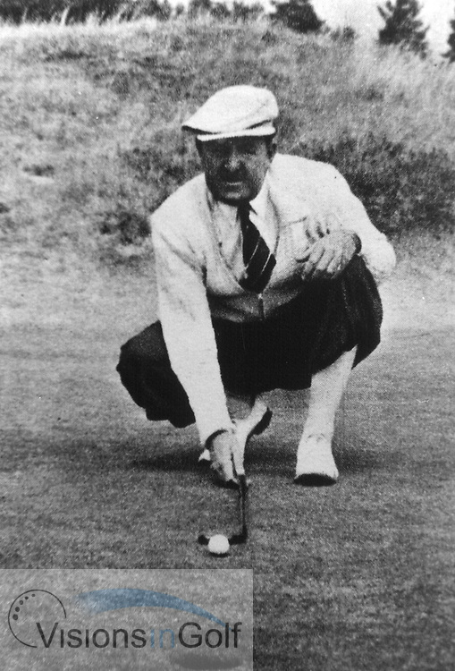Bobby Lock lining up a putt in the 1950's<br /> Picture Credit: &copy;Visions In Golf / Hobbs Golf Collection