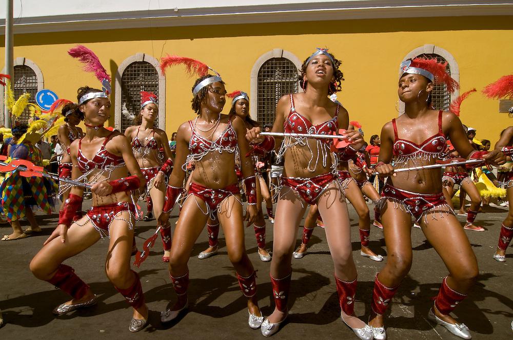 Bunt verkleidete, hübsche Frauen tanzen. Karneval. Mindelo. Kapverden. Afrika