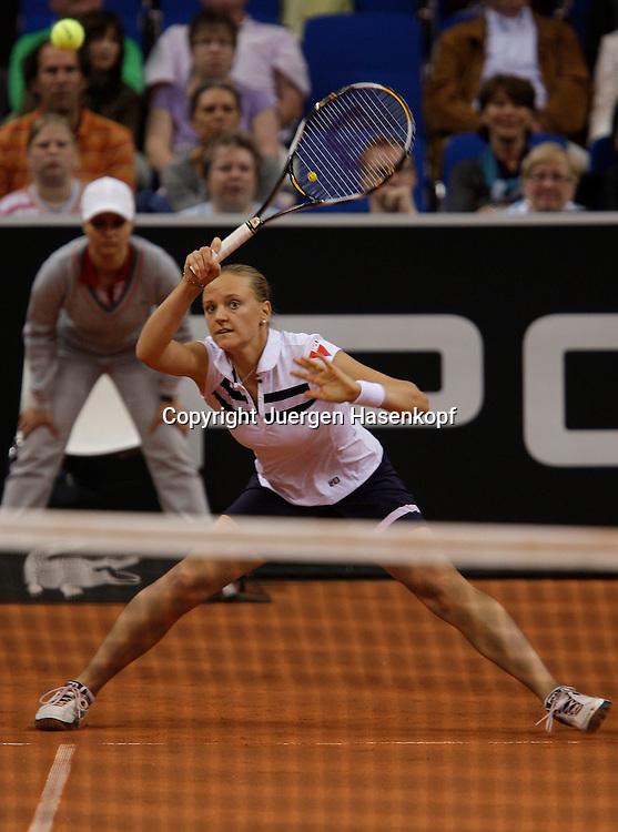 Porsche Tennis Grand Prix, WTA Tour, Damen Turnier in Stuttgart, Agnes Szavay (HUN), Aktion....Foto: Juergen Hasenkopf..B a n k v e r b.  S S P K  M u e n ch e n, ..BLZ. 70150000, Kto. 10-210359,..+++ Veroeffentlichung nur gegen Honorar nach MFM,..Namensnennung und Belegexemplar. Inhaltsveraendernde Manipulation des Fotos nur nach ausdruecklicher Genehmigung durch den Fotografen...Persoenlichkeitsrechte oder Model Release Vertraege der abgebildeten Personen sind nicht vorhanden.