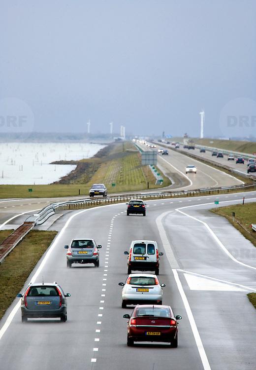 Nederland Den Oever Zurich 22 november 2008 20081122 Foto: David Rozing ..Serie afsluitdijk. De Afsluitdijk is een belangrijke waterkering en verkeersweg in Nederland. De waterkering sluit het IJsselmeer af van de Waddenzee. Hieraan ontleent de dijk zijn naam. De verkeersweg, onderdeel van Rijksweg a7, verbindt Noord-Holland met Friesland...Verkeer op de A7 op de afsluitdijk. Snelweg, snelwegen, auto, auto's, autoverkeer, weg, wegen, dijkweg, dijkwegen,  deltaplan..Foto David Rozing