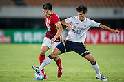GUANGZHOU, CHINA - FEBRUARY 24:  Zheng Zhi of Guangzhou Evergrande (L) competes for the ball with Yang Dong Hyen of Pohang Steelers during the Guangzhou Evergrande FC v Pohang Steelers match as part of the AFC Champions League 2016 at Guangzhou Tianhe Sport Center on February 24, 2016 in Guangzhou, China.  (Photo by Aitor Alcalde Colomer/Getty Images)