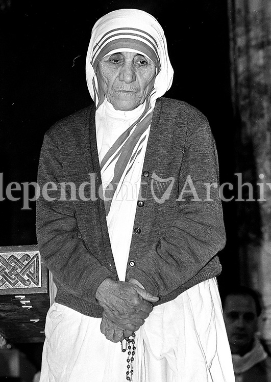 781-251. Mother Teresa in the Church Of Whitefriar Street, Dublin. 8/7/1981. (Part of the Independent Ireland Newspapers/NLI Collection)