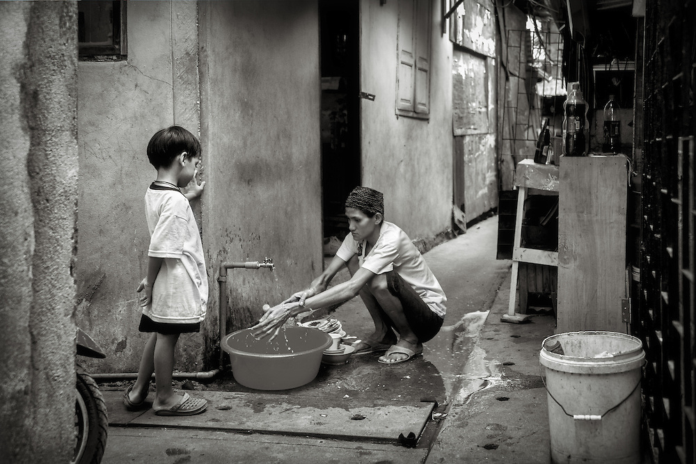 Washing Dishes in the Khlong Toei district of Bangkok, Thailand. PHOTO BY LEE CRAKER