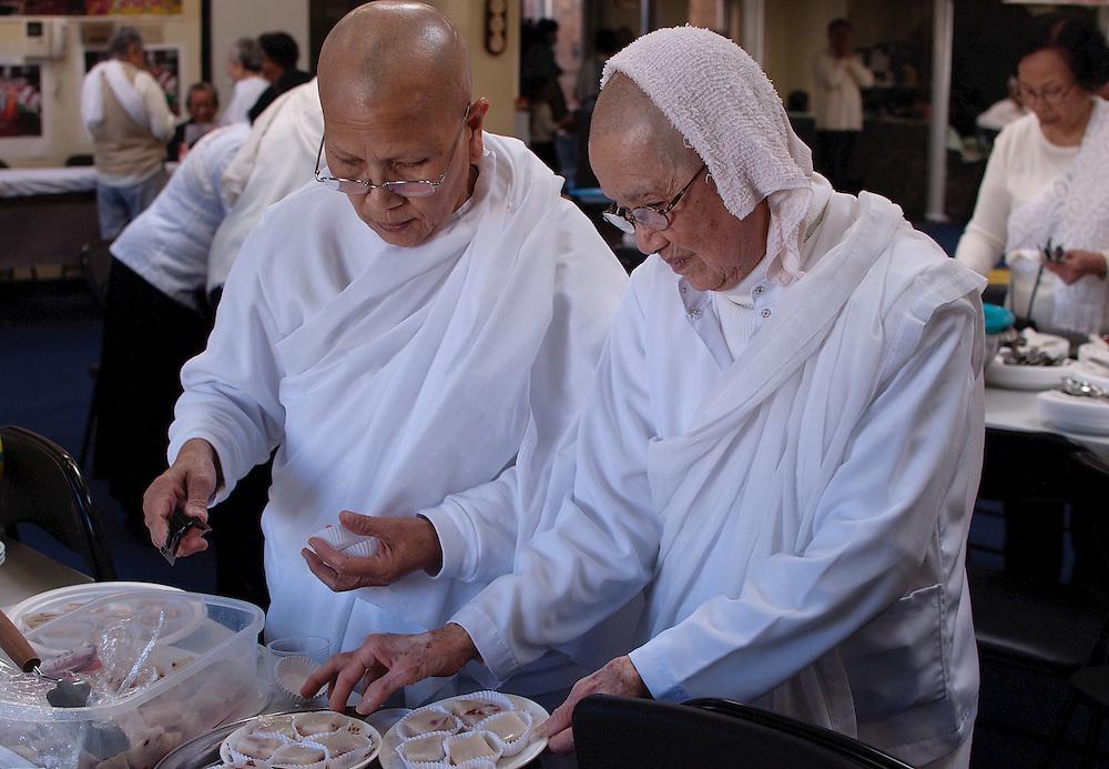 Les traditions religieuses &agrave; Montr&eacute;al<br /> <br /> L&rsquo;un des attraits de Montr&eacute;al tient &agrave; sa diversit&eacute; culturelle. Les cultures se c&ocirc;toient, se rencontrent, et de cette diversit&eacute; na&icirc;t une grande richesse.<br /> La religion, qui fut la raison m&ecirc;me de la fondation de la ville, s&rsquo;est enrichie au fil des vagues migratoires de lieux de culte, outre ceux du catholicisme.<br /> Le passage d&rsquo;un pays &agrave; un autre, d&rsquo;une culture &agrave; une autre ne se vit pas uniquement par la diversit&eacute; des restaurants, &eacute;piceries ou autres magasins, mais aussi par des lieux de culte o&ugrave; les nouveaux arrivants qui partagent les m&ecirc;mes valeurs peuvent se rencontrer. Or chaque culture, religion ou mode de vie est soumis &agrave; des r&egrave;gles et &agrave; des traditions qu&rsquo;il convient de respecter et de comprendre plut&ocirc;t que de juger.<br /> Parmi les religions non chr&eacute;tienne on retrouve principalement du fait de l&rsquo;immigration, l&rsquo;Islam, le Juda&iuml;sme, le Bouddhisme, le Sikhisme, l&rsquo;Hindouisme &hellip;<br /> Aujourd&rsquo;hui, elles connaissent un vrai regain d&rsquo;int&eacute;r&ecirc;t et de curiosit&eacute; mais elles suscitent beaucoup de craintes.