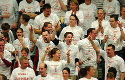 31-03-2002 VOLLEYBAL: BEKERFINALE ARKE POLLUX - LONGA 59: DEN BOSCH<br /> Longa wint de beker met 3-0 - Support publiek Longa vlag item support<br /> ©2002-RONALD HOOGENDOORN