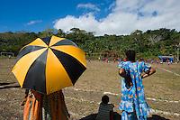 FUSSBALL    FEATURE    SUEDSEE    21.07.2008 Zuschauer mit einem Sonnenschirm verfolgen das Spielgeschen, waehrend der Schulmeisterschaft auf einem Spielfeld ausserhalb von Port Vila, der Hauptstadt von Vanuatu. Jedes Jahr im Juli finden hier Schulmeisterschaften statt, aehnlich der Bundesjugendspiele in Deutschland.