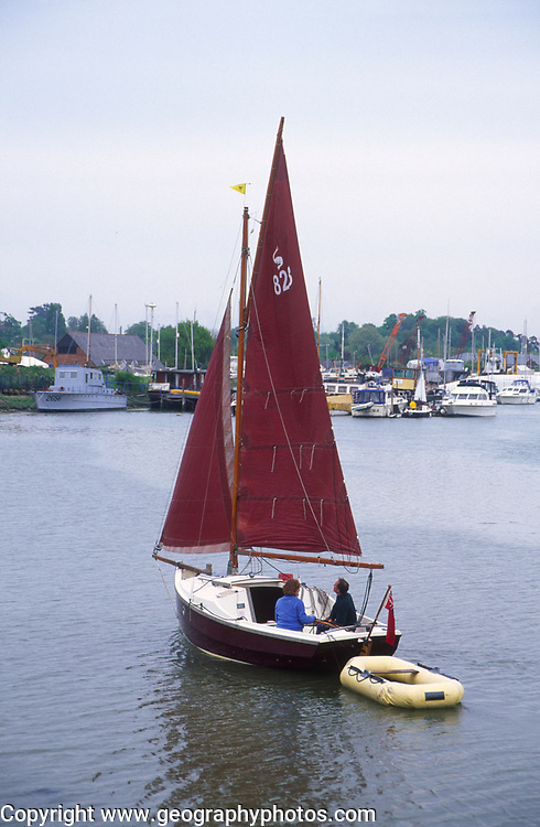 AREHY9 Small sailing boat with red sail River Deben, Melton, Suffolk, England