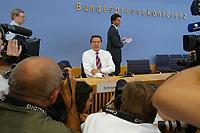 13 AUG 2003, BERLIN/GERMANY:<br /> Gerhard Schroeder, SPD, Bundeskanzler, Fotografen und Kameraleute, vor Beginn der Pressekonferenz zu den Beschluessen der vorangegangenen K abinettsitzung, Bundespressekonferenz<br /> IMAGE: 20030813-02-004<br /> KEYWORDS: Gerhard Schröder, BPK, Kamera, Camera, Journalist, Journalisten