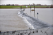 Nederland, Nijmegen, 19-12-2017 Het waterpeil van de rivier de Waal. Vandaag bereikte de huidige golf haar hoogste punt, maar dat is nog ver beneden een alarmerende stand. De Nevengeul bij Lent stroomt nu vol en ontlast de hoofdstroom van de rivier. Het water stroomt nu over de drempel de geul in.Foto: Flip Franssen