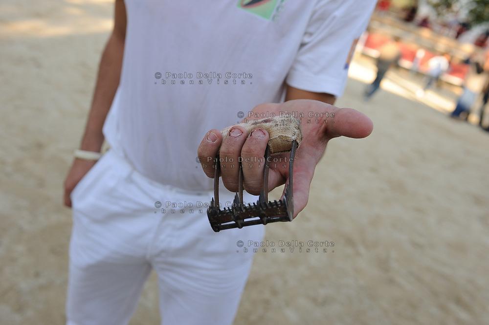 Francia-Camargue. Il rasateur con l'impugnatura che serve a strappare la coccarda.