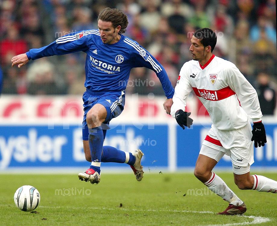 FUSSBALL 1. Bundesliga 2003/2004 22.Spieltag  VfB Stuttgart 0-0 FC Schalke 04 Sven Vermat (S04,li) gegen Kevin Kuranyi (VfB)