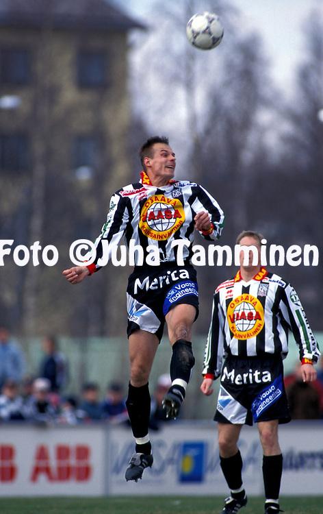 8.5.1997, Hietalahti, Vaasa.<br /> Veikkausliiga 1997.<br /> Vaasan Palloseura - FF Jaro.<br /> Tomi Kinnunen (VPS) puskee, taustalla Marko Suoste.