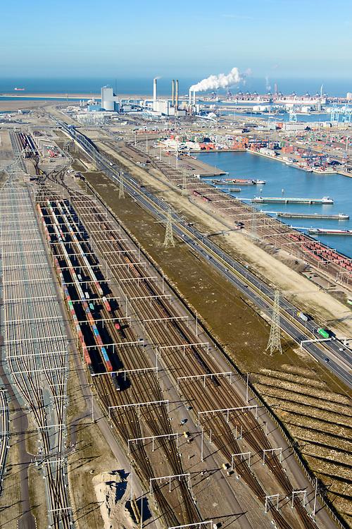 Nederland, Zuid-Holland, Rotterdam, 18-02-2015; Tweede Maasvlakte (MV2). Europaweg en Emplacement Maasvlakte West (Rail Terminal West). Aean het water van de Hartelhaven het Emplacement Maasvlakte Oost. In beheer bij Keyrail, exploitant Betuweroute. <br /> Zicht op de eleckrticiteitscentrales van E.ON.<br /> Emplacement Maasvlakte West (West Rail Terminal) and  next to the Hartelharbour  the Emplacement Maasvlakte East. Managed by Keyrail, operator Betuweroute.<br /> <br /> luchtfoto (toeslag op standard tarieven);<br /> aerial photo (additional fee required);<br /> copyright foto/photo Siebe Swart